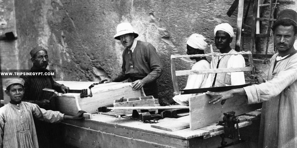 Howard Carter supervising carpenters works - Tutankhamun tomb discovery - Trips in Egypt