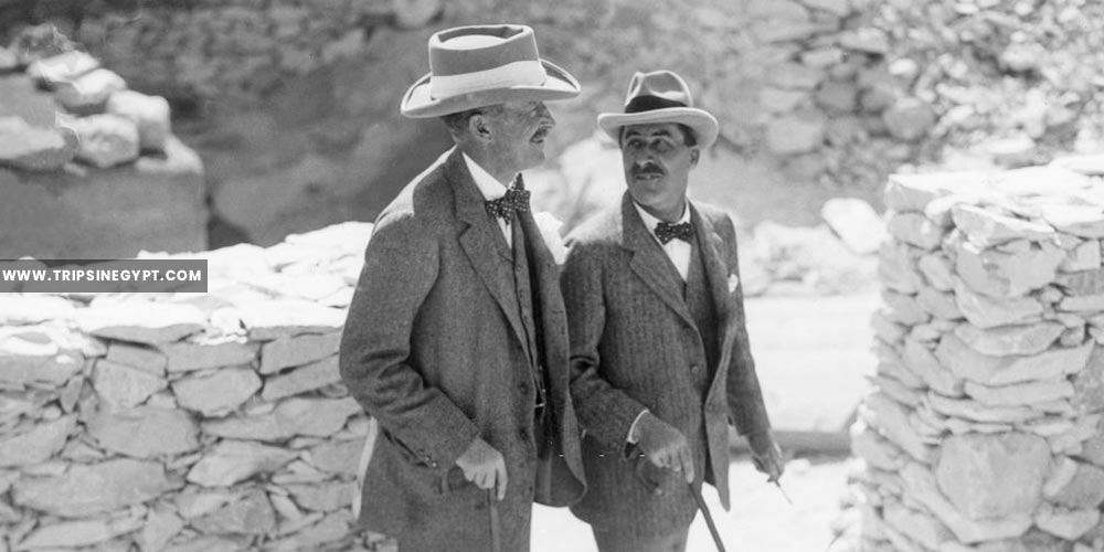 Howard carter walks with the patron of news - Tutankhamun tomb discovery - Trips in Egypt