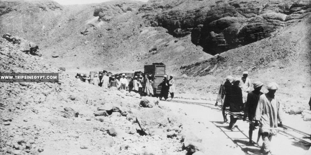 Men build a single-track railway through the valley of the temple - Tutankhamun tomb discovery - Trips in Egypt