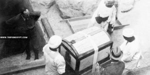 Natives carry a large white box containing valuable fabrics - Tutankhamun tomb discovery - Trips in Egypt