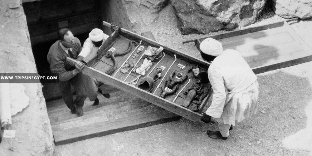 Removing a tray Of chariot parts from the tomb - Tutankhamun tomb discovery - Trips in Egypt