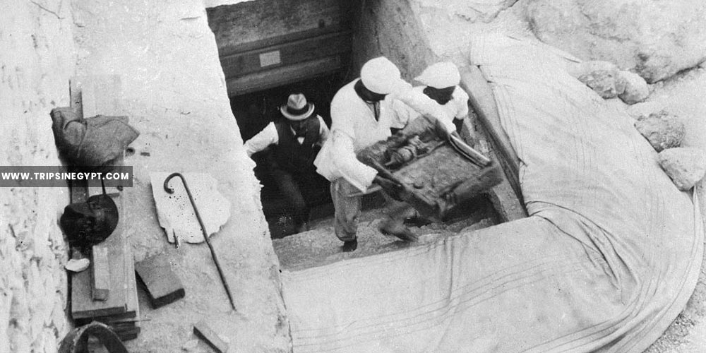Workers bringing out treasures from the tomb of king tut - Tutankhamun tomb discovery - Trips in Egypt